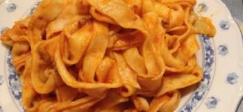 Pappardelle de pasta fresca casera con salsa boloñesa