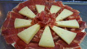 El popular queso del Moriles, y su excelente jamón, no deben faltar en las mesas
